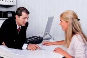 אישה בפגישה עם יועץ לאיחוד הלוואות