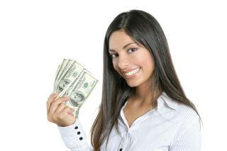 בחורה שמחזיקה שטרות כסף ביד