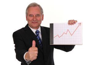 סוכן ביטוח מחזיק גרף עולה