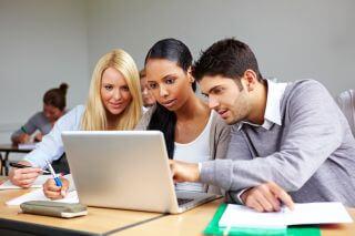 סטודנטים מחפשים במחשב הלוואה