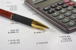 מחשבון ונייר לחישוב הוצאות של משפחה שזקוקה להלוואה