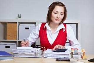 Frau macht Betriebsprüfung im Büro