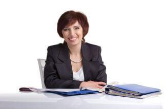 אשה שעוסקת במתן הלוואות יושבת ליד שולחן