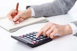 אדם שמחשב הלוואה מגוף מוסדי