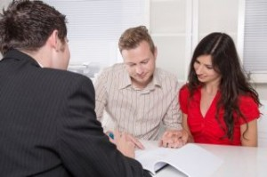 גבר ואישה שמקבלים הלוואה מגבר אחר