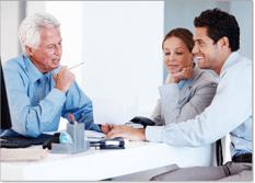 יועץ שמציע הלוואה לגבר ואישה