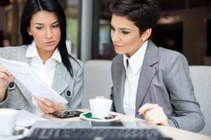 שתי נשים בפגישה הנוגעת לקבלת הלוואה לעסקים