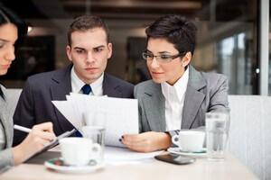 אנשי עסקים בפגישה הנוגעת לבירור אפשרות לקבלת הלוואה לרכישת נכס מסחרי