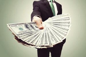 אדם מגיש שטרות של כסף