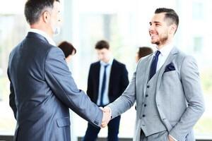 אנשי עסקים לוחצים ידיים לאחר פגישה בנושא הלוואות ליבואנים