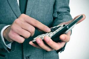 אדם מחשב ריבית של הלוואה מחברת אשראי