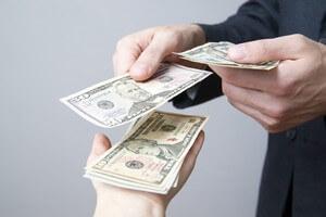 אדם מגיש שטרות כסף לאדם אחר