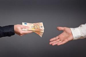 אדם מגיש לאדם אחר שטרות של כסף