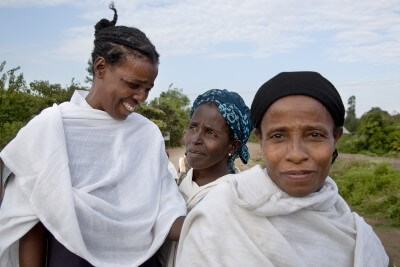 נשים אתיופיות עומדות זו לצד זו