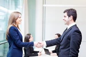 מורה לוחצת יד ליועץ שנתן לה הלוואה