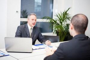 עובד עירייה בפגישה לגבי קבלת הלוואה
