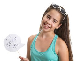 נערת בת מצווה מחייכת