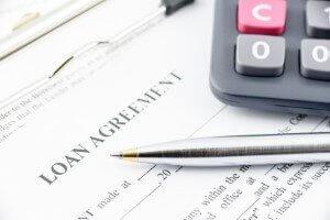 מחשבון לצד הסכם הלוואה